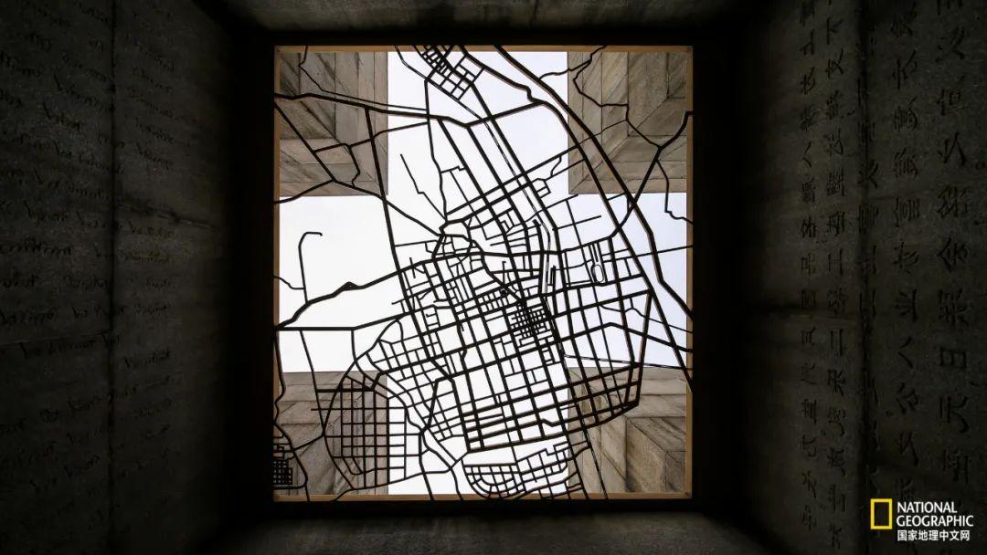 """""""中国乳都""""雕塑内部,呼和浩特市地图"""