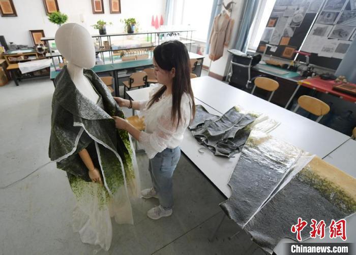 唐丹阳在整理自创的可食用服装。 张瑶 摄
