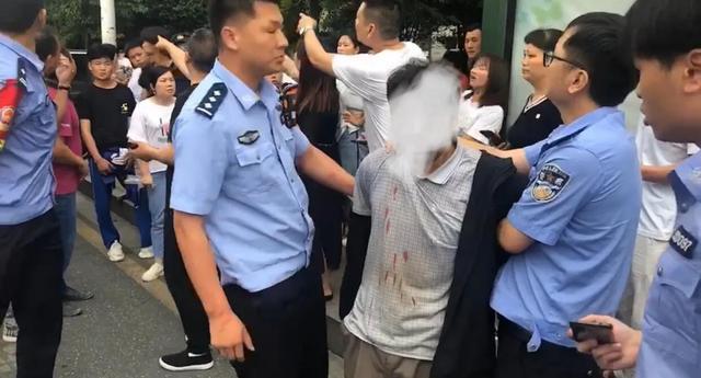 湖南郴州5名学生上学途中被男子砍伤,附近商家称行凶者精神有问题,教育局:涉案男子已被抓