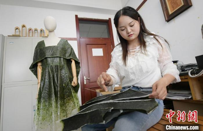 唐丹阳制成的可食用服装可折叠、熨烫、缝纫,也可以吃。 张瑶 摄