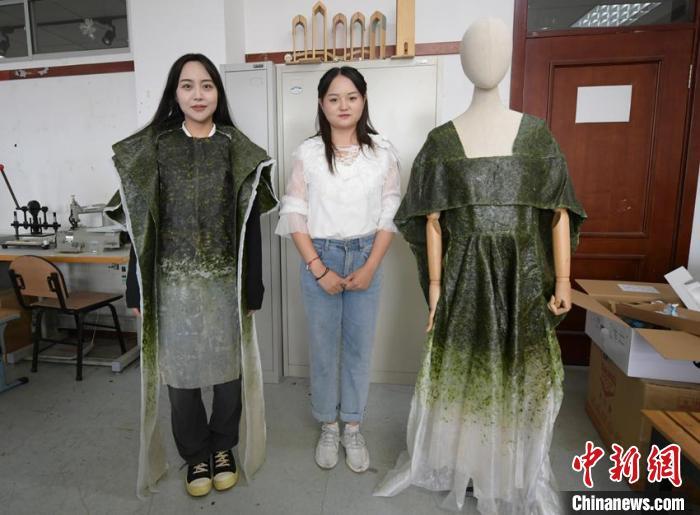 """唐丹阳自创的可食用服装在中国国际大学生时装周上获得""""科技创新奖""""。 张瑶 摄"""