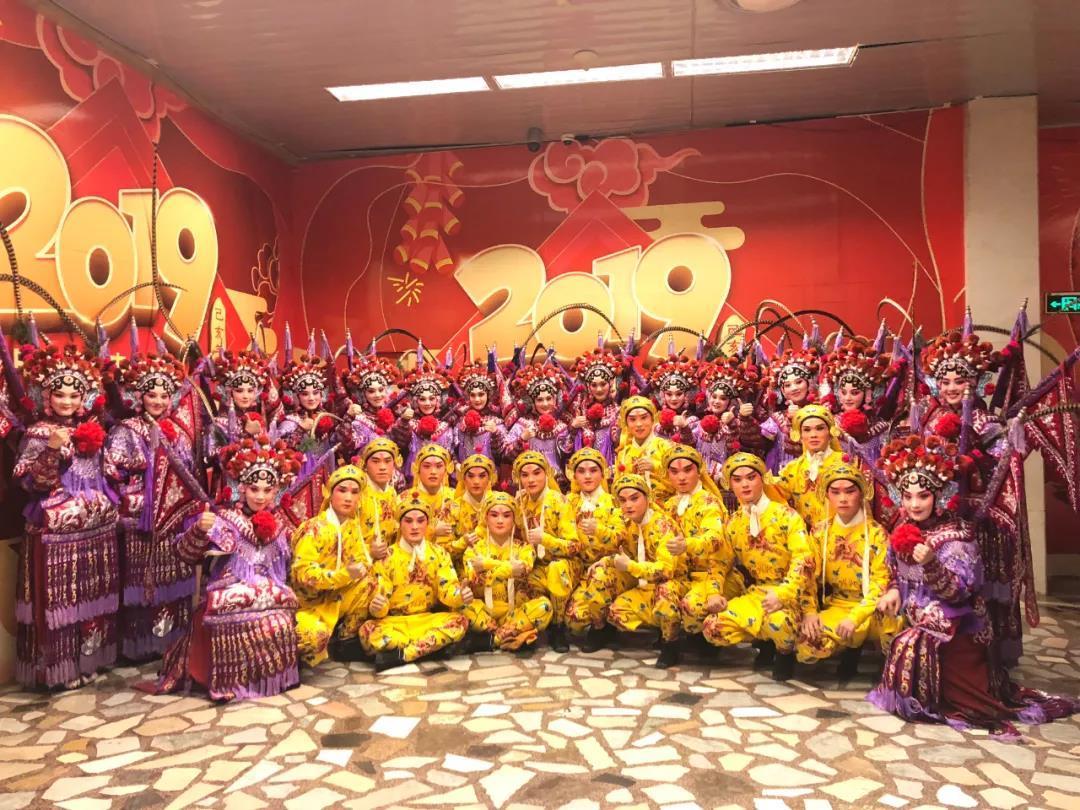 2019年浙江婺剧艺术研究院参加中宣部、文旅部主办的春节晚会节目《锦绣梨园》演出,全体演员合影。