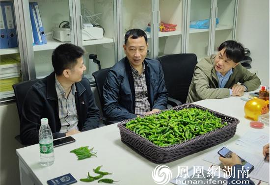 4月30日,长沙市知识产权局党组成员、副局长黄向红(左二),带队在涉事超市调查