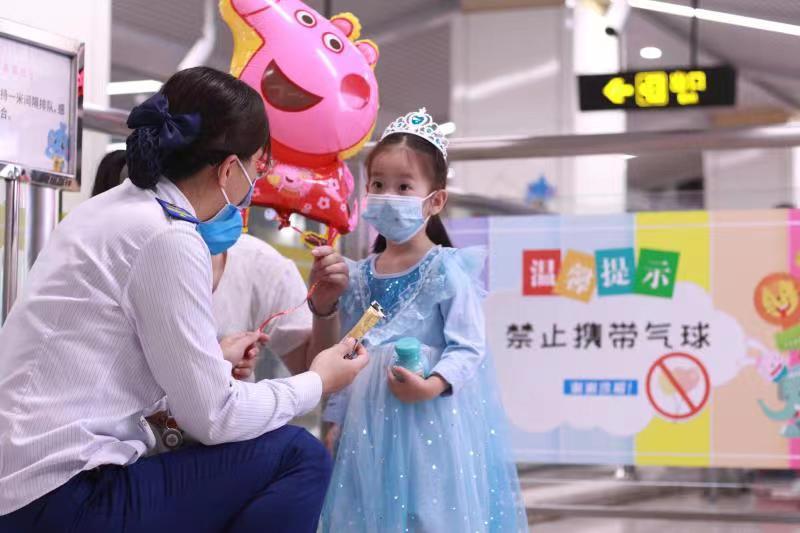 郑州地铁2号线工作人员耐心与小朋友沟通