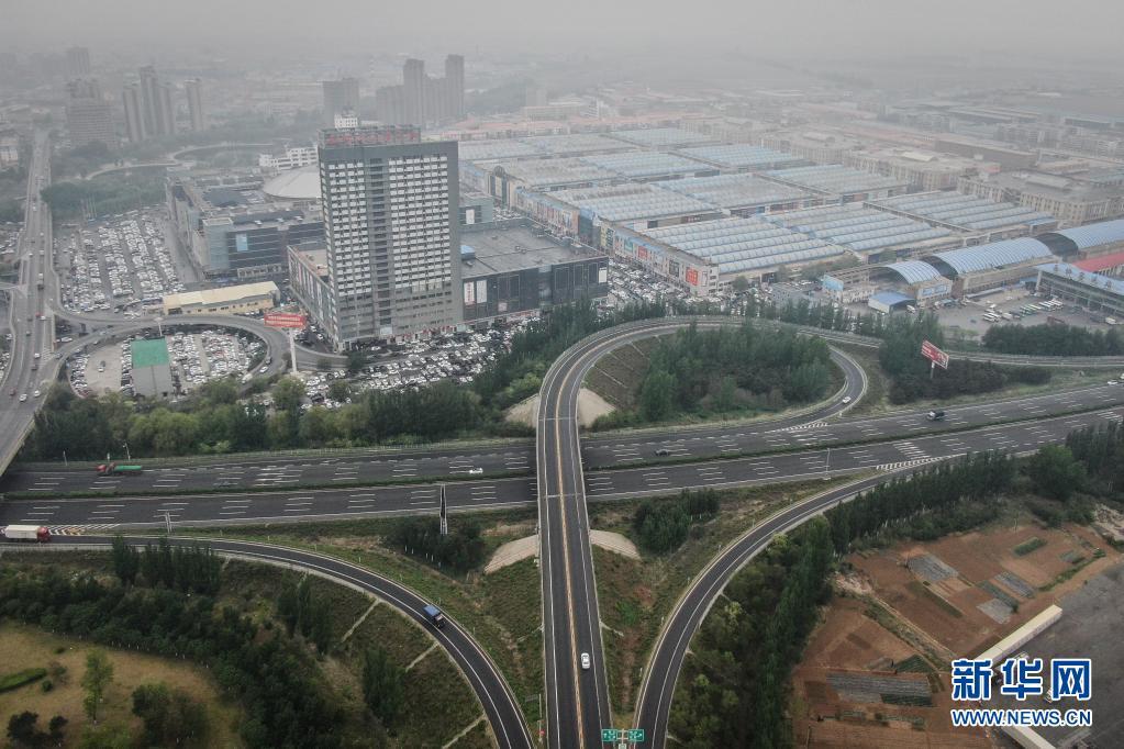 5月13日,车辆在沈大高速西柳站出入口附近的路段行驶(无人机照片)。新华社记者 潘昱龙 摄