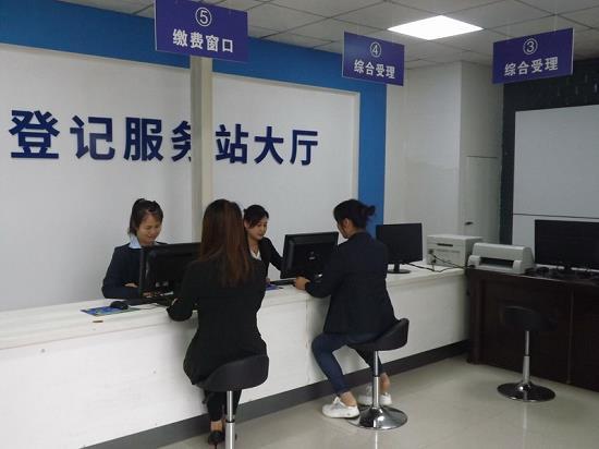 工作人员为车主办理注册登记