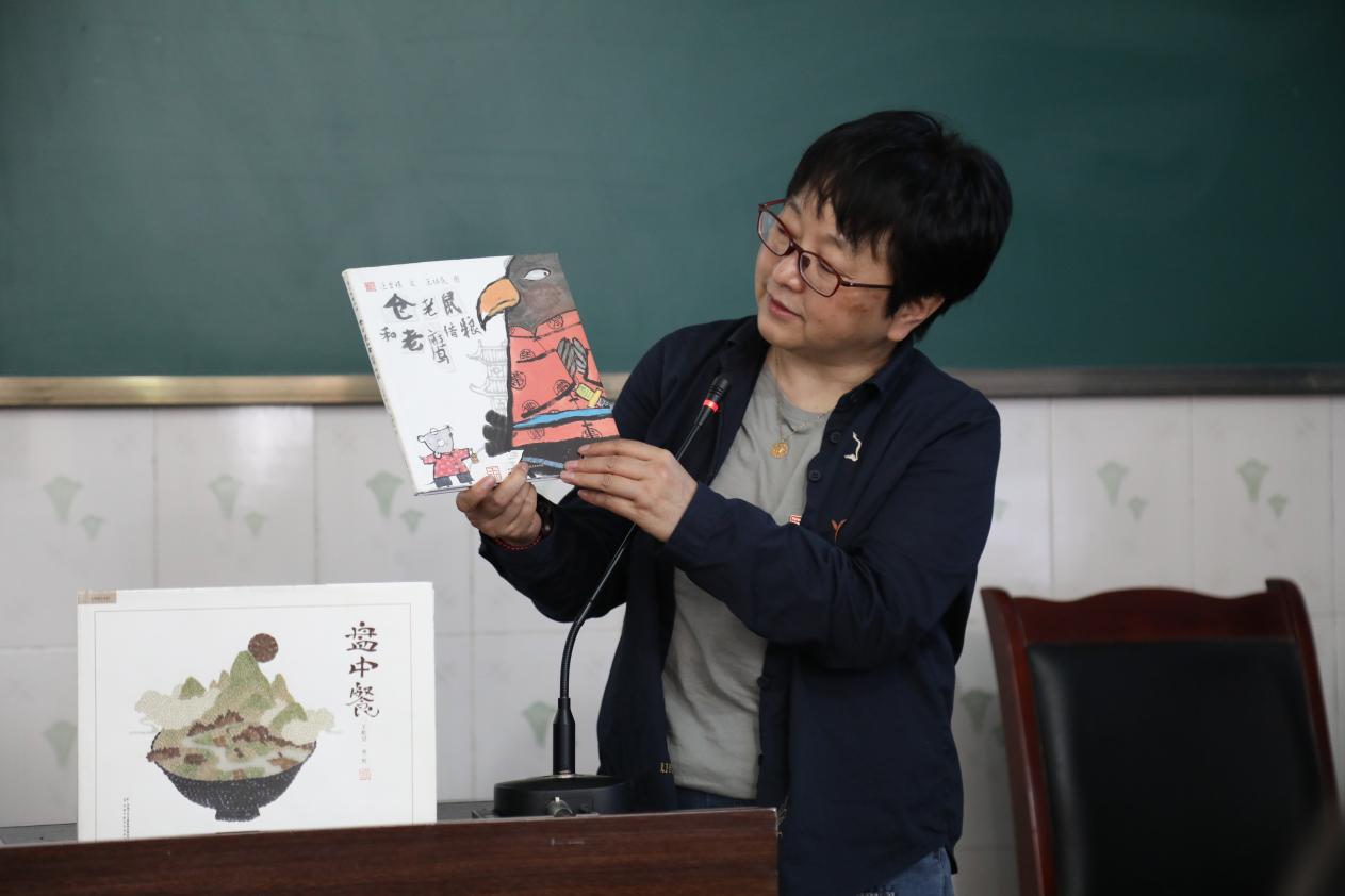 蒲公英童书馆总编辑颜小鹂用绘本描述的方法授课