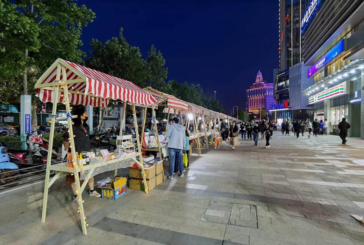 正弘城外成规模的夜市经济,正对着24小时便利店711(图/徐志清)