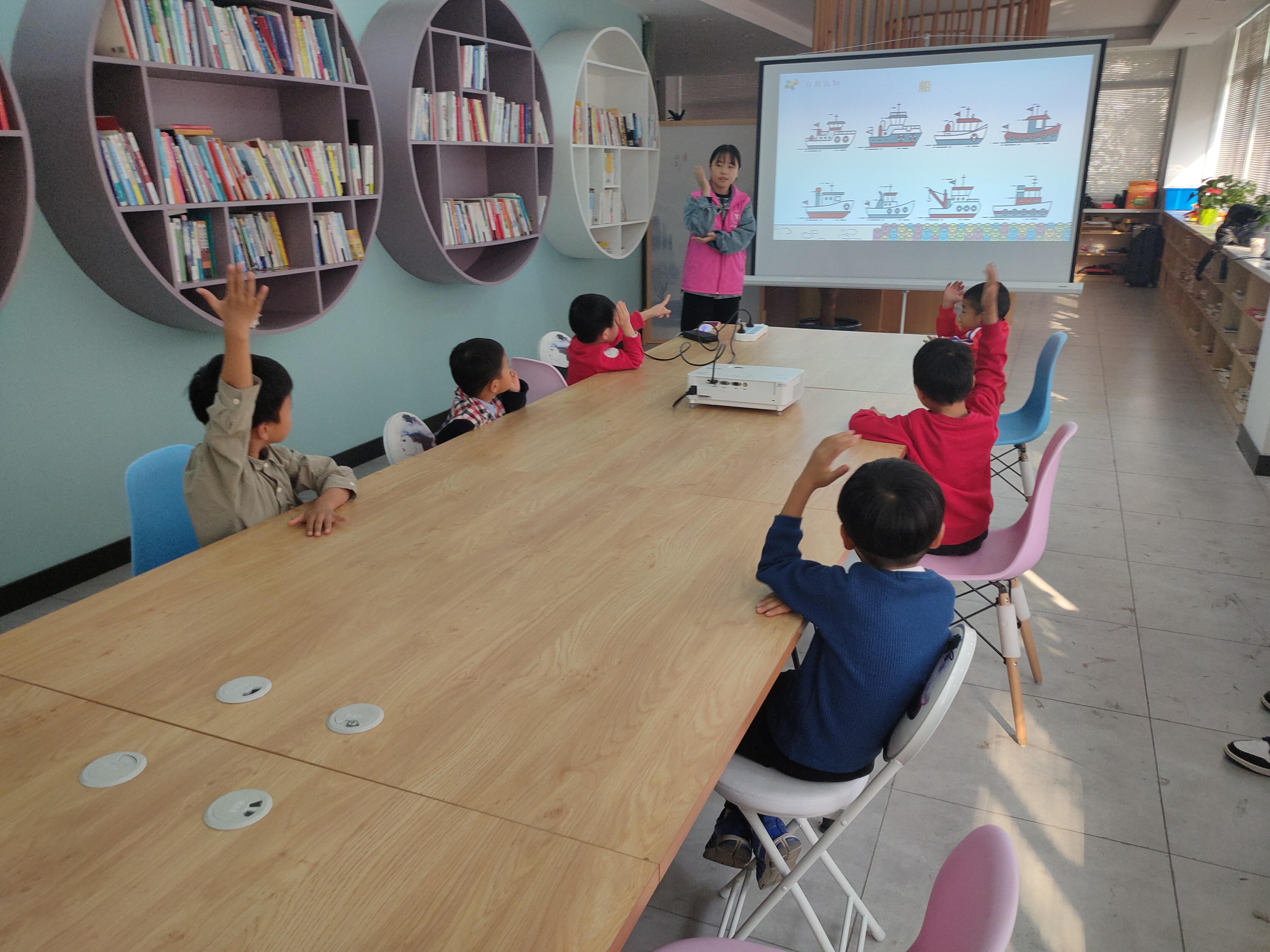 党员同学在余杭区友谊社区进行乐高课程教学