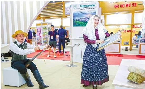 首届中国—中东欧国家博览会暨国际消费品博览会现场,展商带来了文艺表演