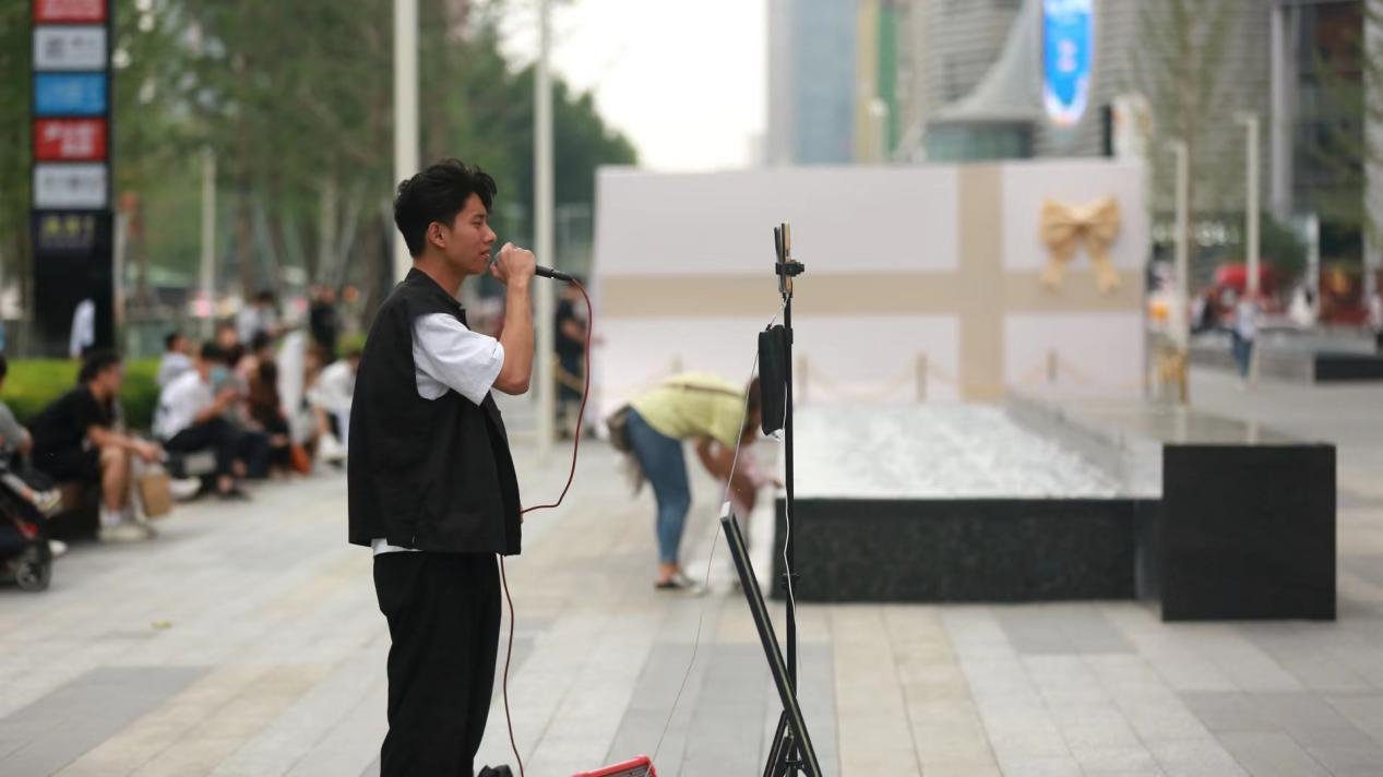 正弘城广场上的街头艺人(图/徐志清)