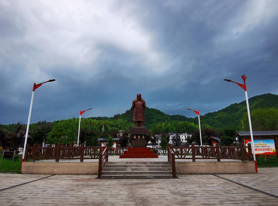 青山镇源头村高自立广场(李梦丽 摄)