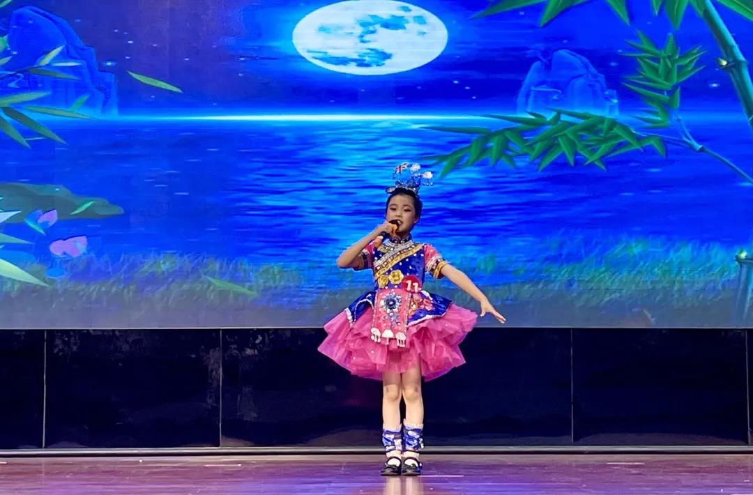 艺术体操展现了勇敢和自信,舞蹈与竞技的融合,给人美的享受,获得了台下观众一阵阵掌声。