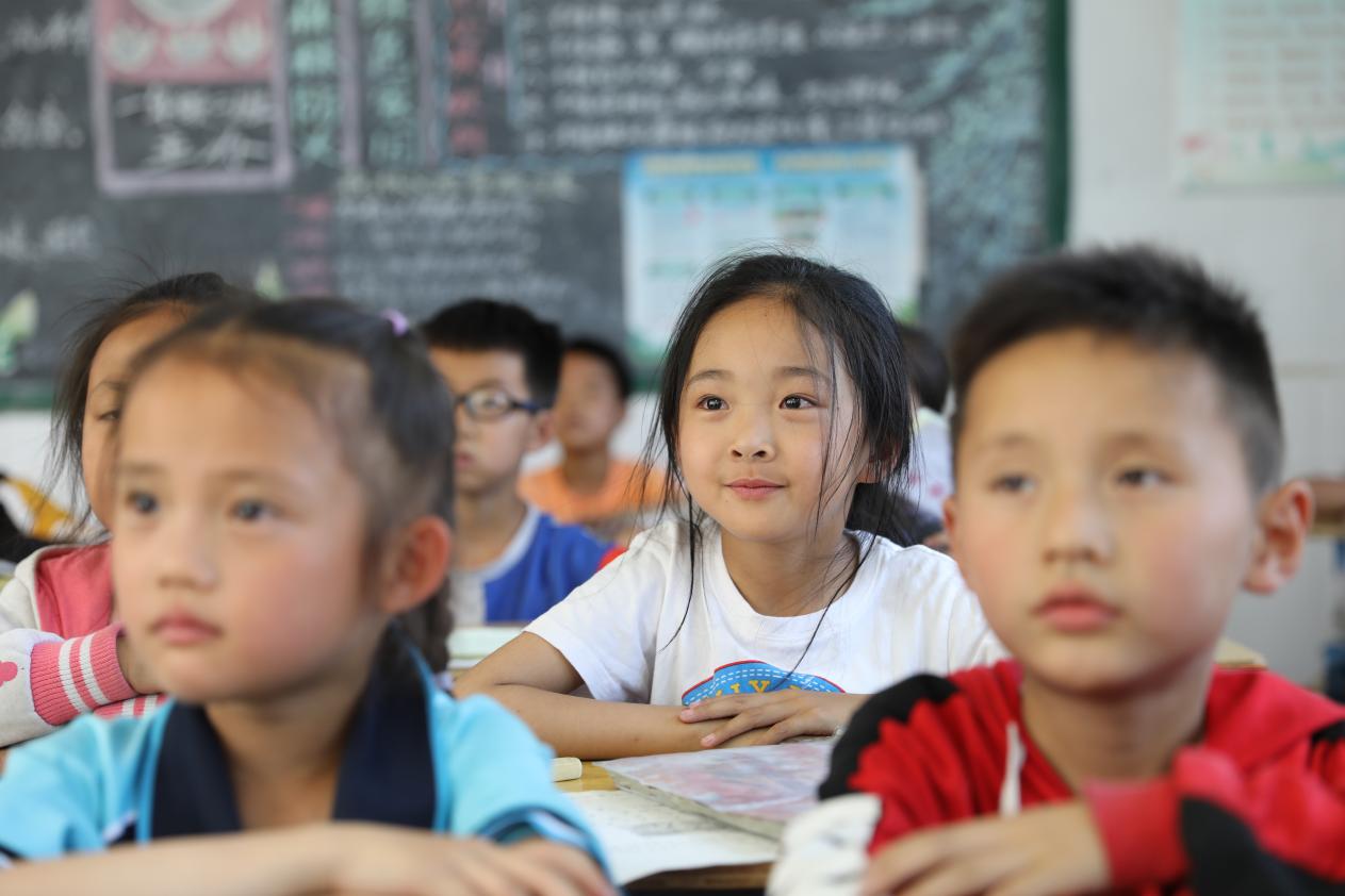 """参加""""美丽童行""""·寻梦计划的孩子们认真聆听主题分享"""