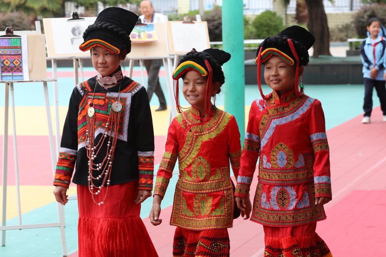 孩子们身着彝族服饰走上红毯