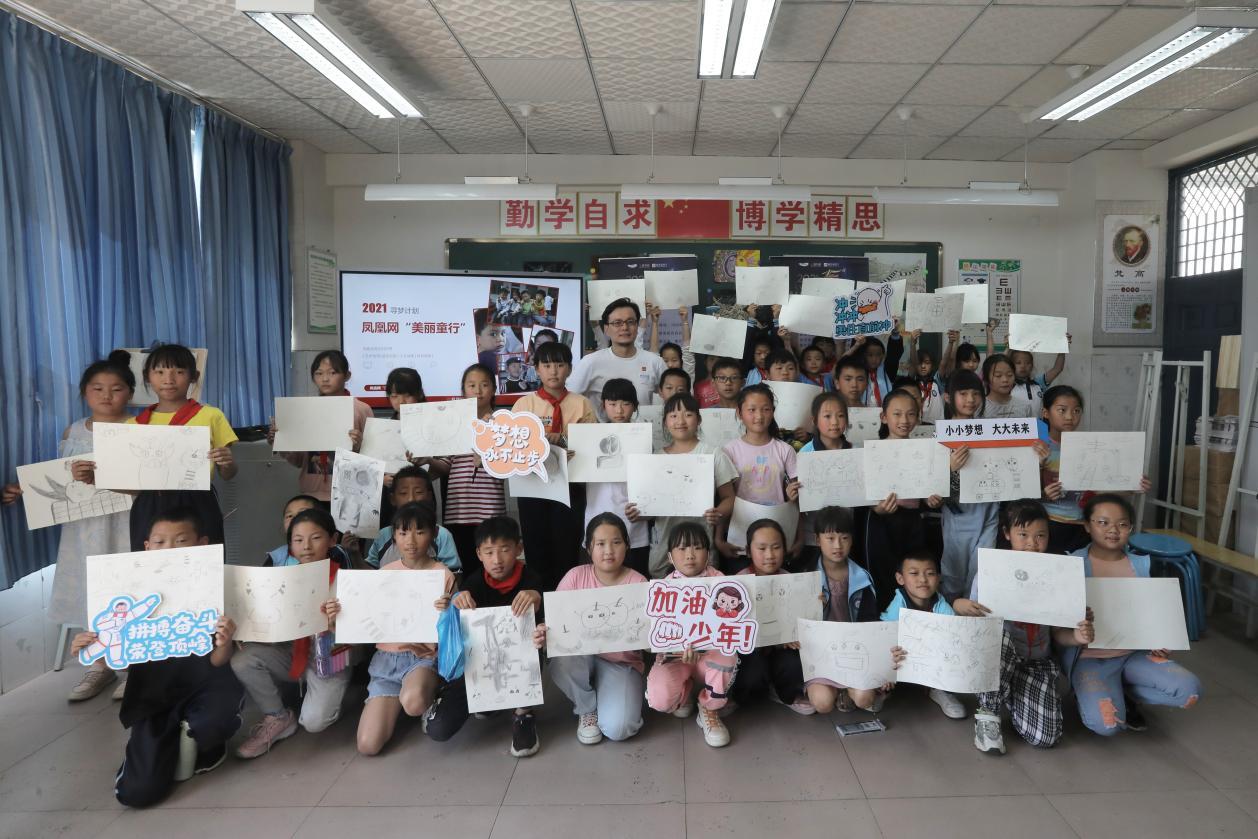"""画家杨葵与孩子们一起展示""""构图""""课作品"""