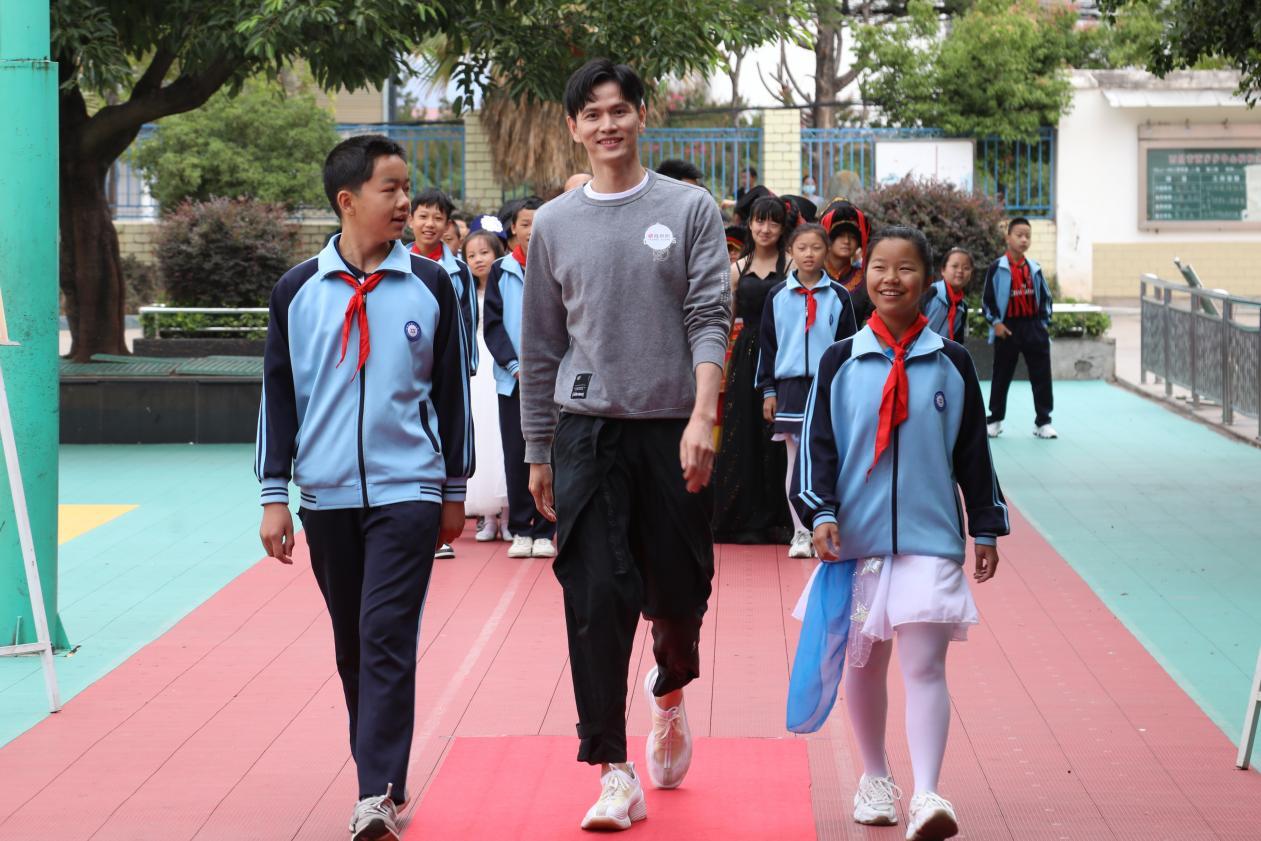 羽毛球世界冠军鲍春来与孩子们一同走红毯
