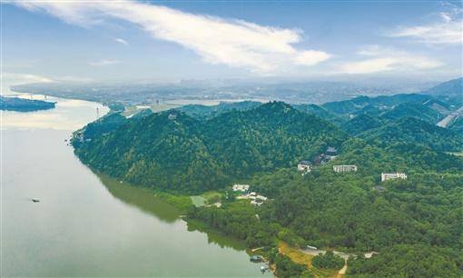 2020年5月30日,蓝天白云下,绿意盎然的湘潭市昭山风景名胜区。湖南日报·新湖南客户端记者 辜鹏博 摄