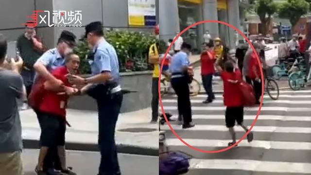 老人拿雨伞追打民警 警方回应:老人乘车没有健康码