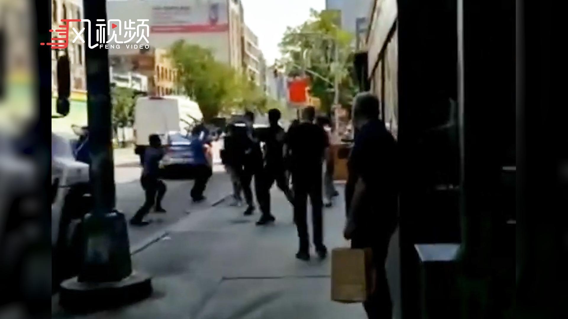 华人老板纽约街头3对6大战黑人帮派少年,店员抄板凳抡棍猛攻