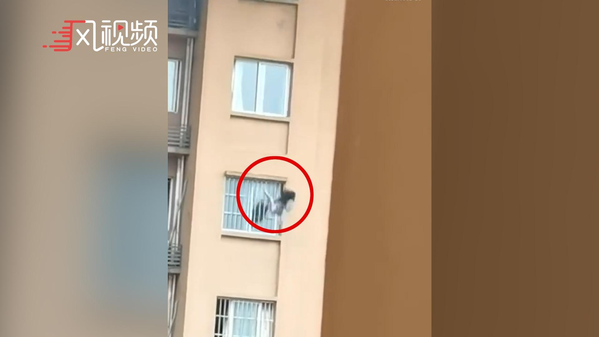 重庆一高层住宅突发火灾,女子翻窗逃生不慎坠落身亡