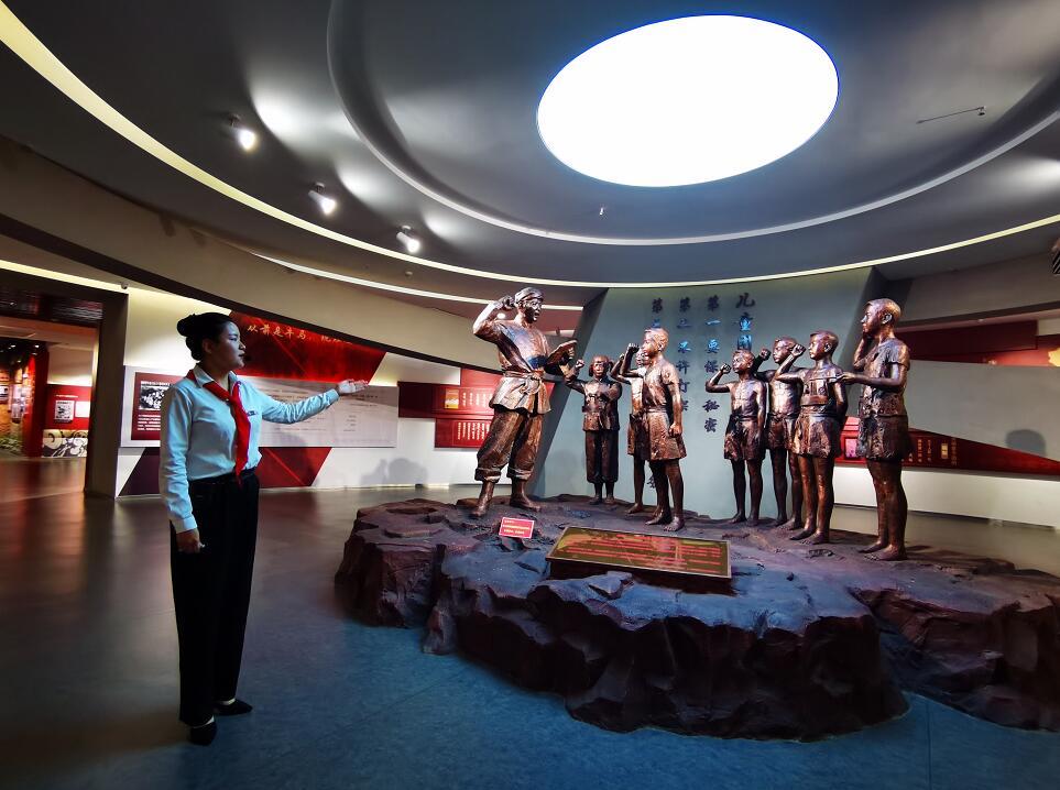 中国少年儿童运动安源纪念馆内,讲解员蔡紫莹正在讲解。(李梦丽 摄)
