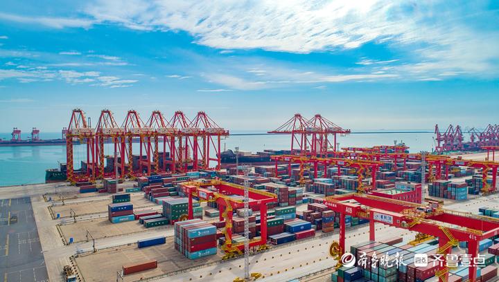 山东港口日照港集装箱自动化堆场,全球贸易体系下流经日照港的每个集装箱数据都被记录在案,一场用数据驱动商业模式的迭代正在悄然演进。