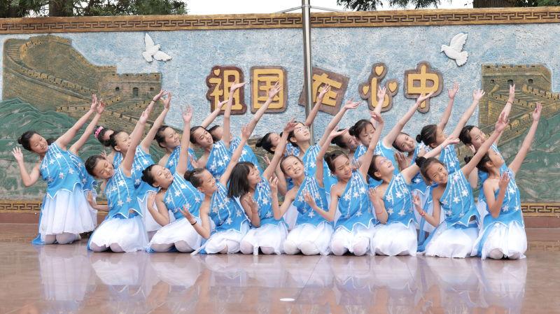 孩子们表演舞蹈《小星星》