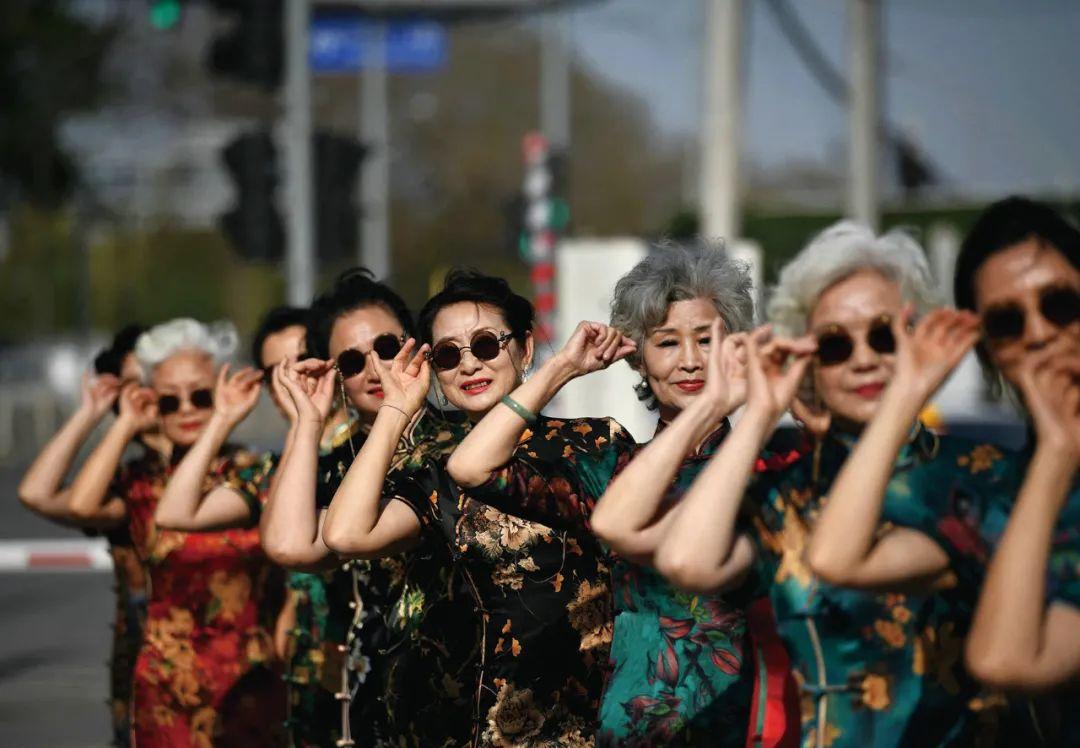 """2021年4月,北京一群""""时尚奶奶""""在为一档电视节目彩排。/视觉中国"""