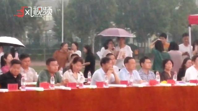 郑州高校毕业季,校领导雨中观看表演,无一人离席