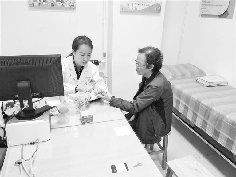 张燕为李阿姨诊疗