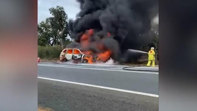 澳大利亚一辆汽车撞上袋鼠后爆炸起火