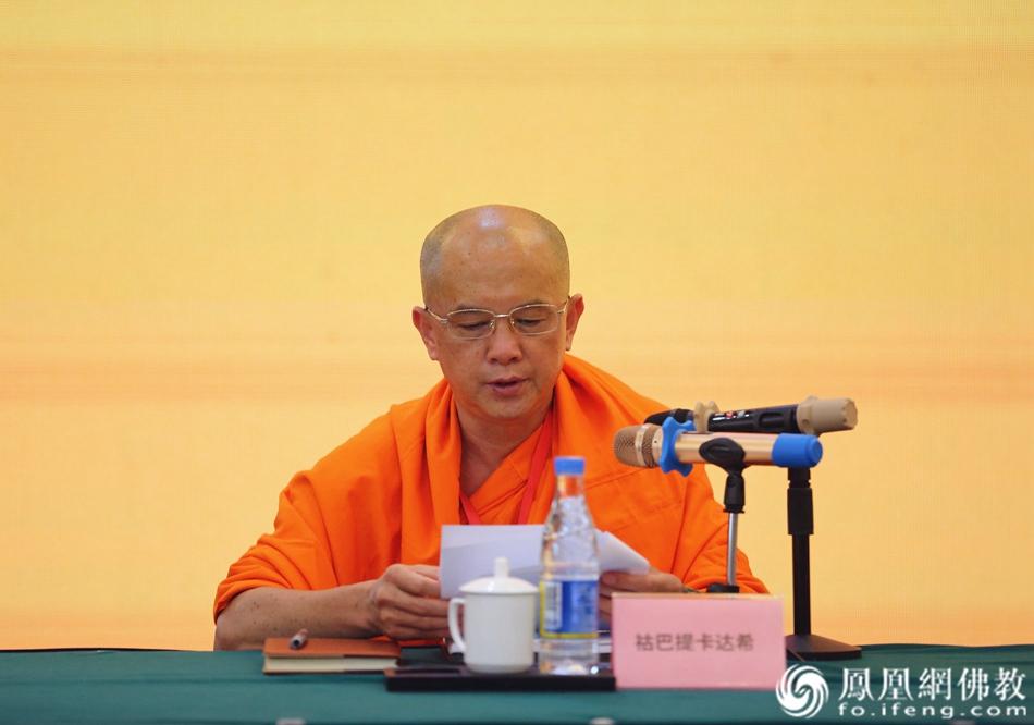 祜巴提卡达希宣读《关于佛教界做好信教公民服务的通知(建议稿)》(图片来源:凤凰网佛教 摄影:王子轩)