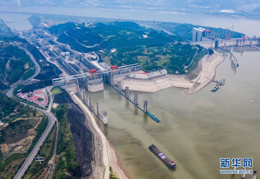 6月9日,轮船行驶在三峡大坝上游三峡五级船闸引航道(无人机照片)。新华社发(郑家裕 摄)