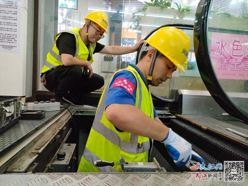 工作人员对自动扶梯进行检测