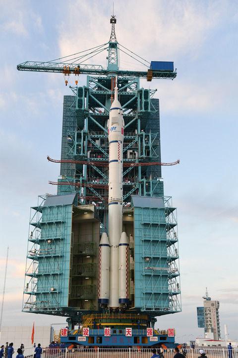 ↑6月9日,神舟十二号载人飞船与长征二号F遥十二运载火箭组合体转运至发射区。