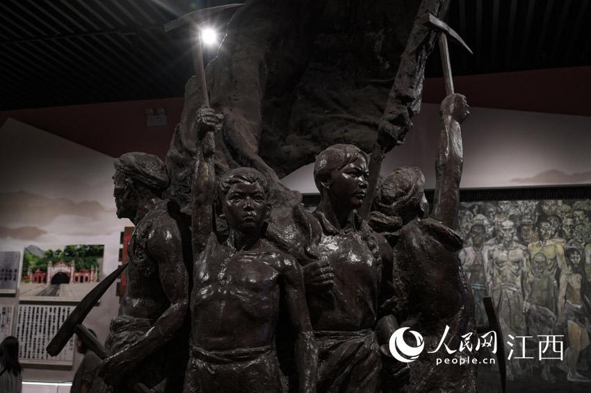 馆内雕塑 刘起福摄