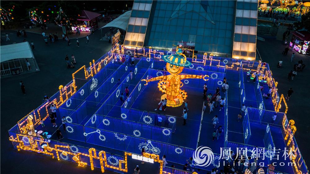 游客在彩灯迷宫里游玩。梁琪佳摄