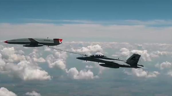 美国海军舰载无人加油机首次完成为他机空中加油试验。