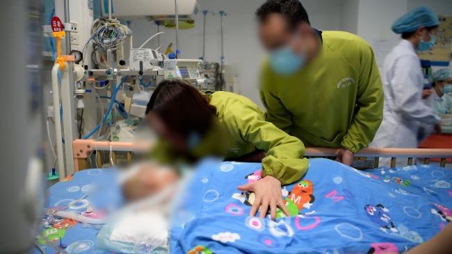 3岁女童因病离世捐献器官 妈妈最后的告别让人泪崩