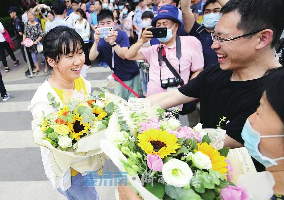 6月9日,一名结束全部高考考试的考生收到了家人送上的鲜花与祝福。 (崔健 摄)