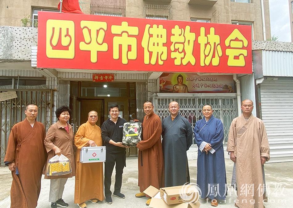 端午前夕,慧海公益走进吉林省。(图片来源:凤凰网佛教)
