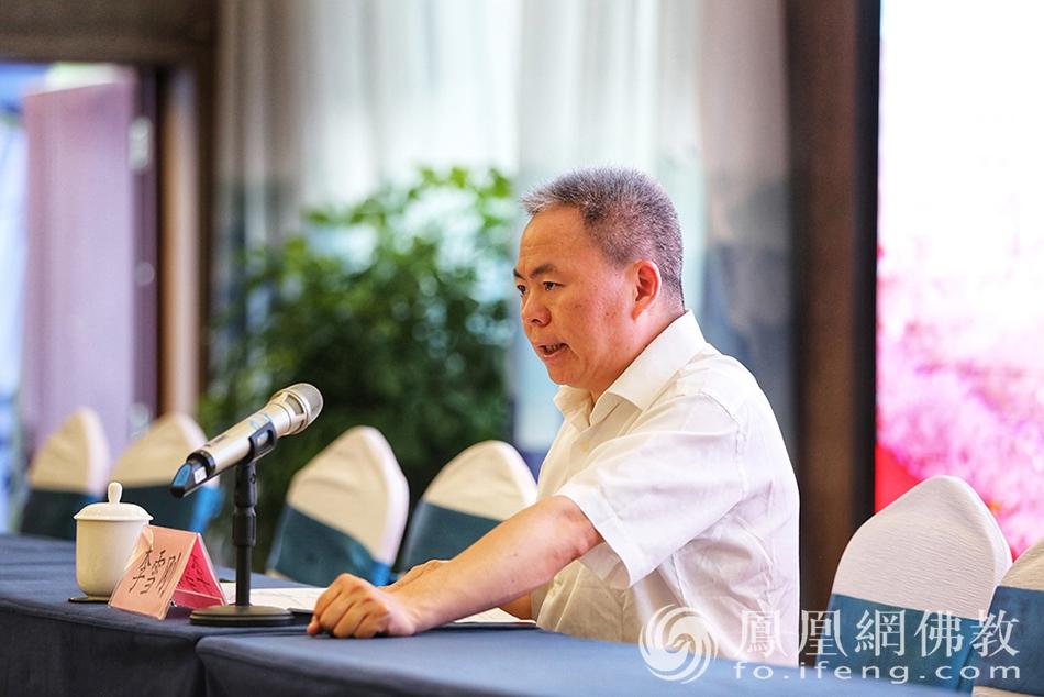 北碚区委统战部副部长、区民族宗教委主任李雪刚主持会议(图片来源:凤凰网佛教)