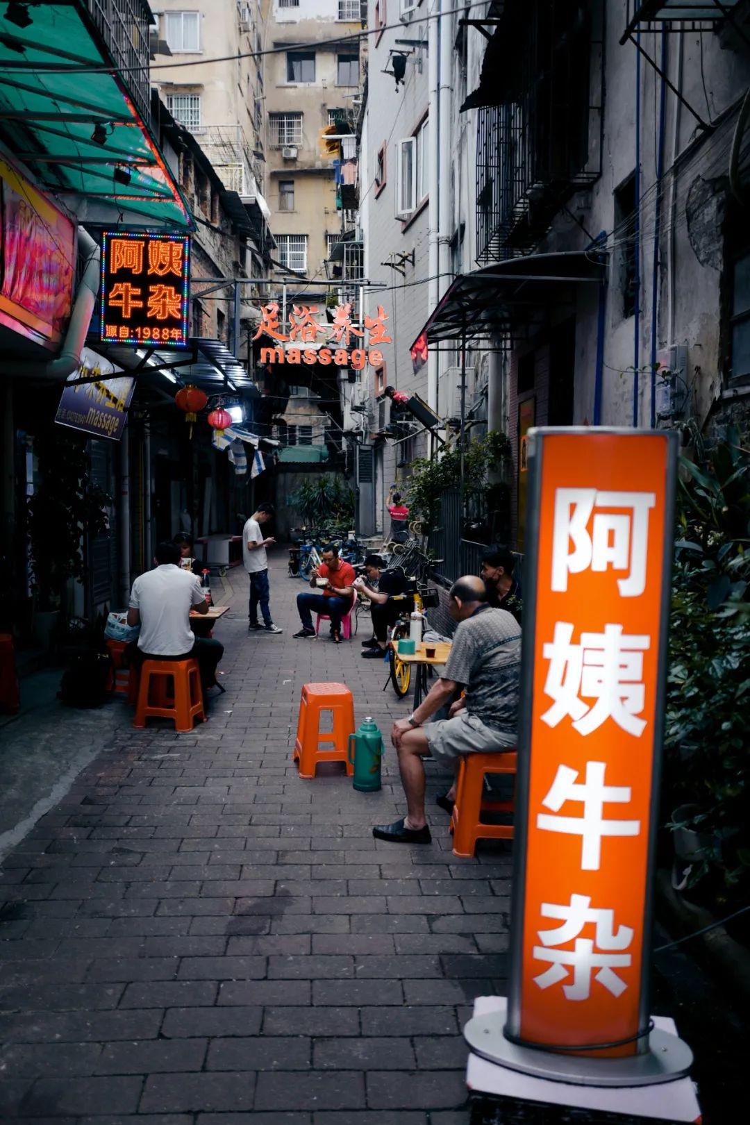 △藏在街头巷尾的小吃店也可能是宝藏。/unsplash