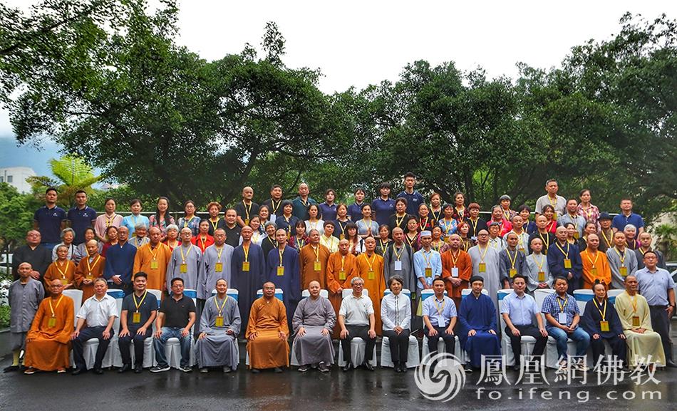 重庆市北碚区佛教协会成立与会代表合影(图片来源:凤凰网佛教)