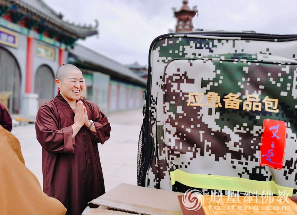 应急备品包深受师父的欢迎(图片来源:凤凰网佛教)