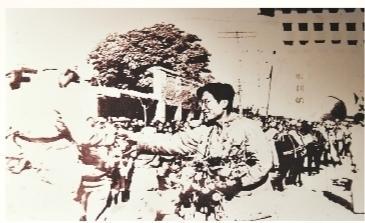 中共党员向进入兰州城的解放军献花(翻拍图)