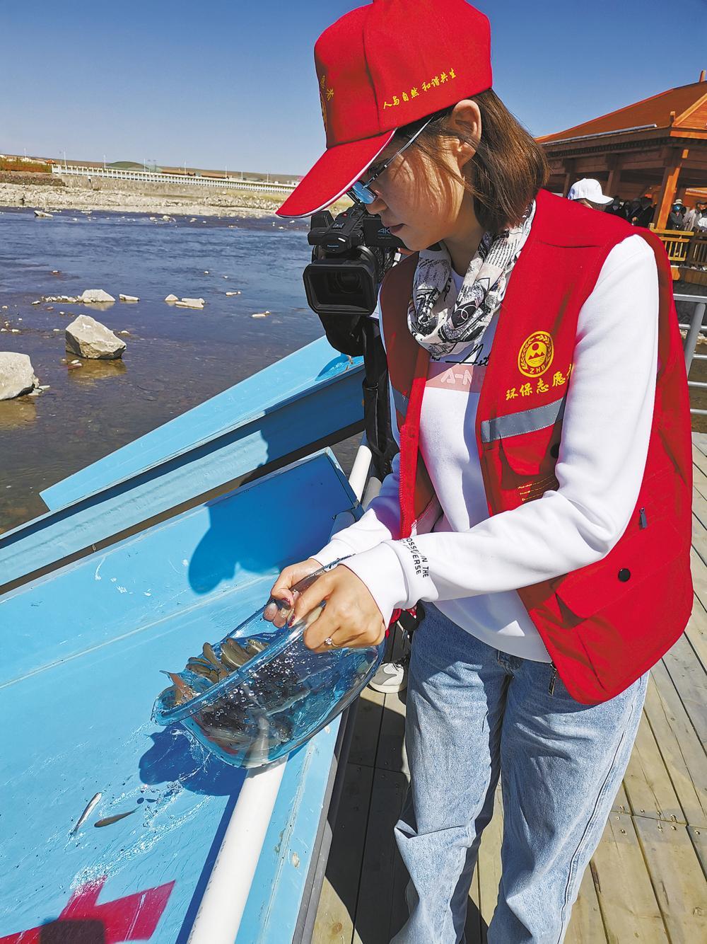 青海湖裸鲤放流现场。本报记者 魏雅琪 王伟才 尹耀增 摄
