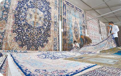 在首届中国(青海)国际生态博览会的藏毯展区内,陈列着许多画面生动、色彩各异的藏毯,吸引了众多参观者的眼球。与时俱进的藏毯产业不断在历史的演变过程中创新进步,始终保持着魅力与活力。摄影:李娜 魏雅琪
