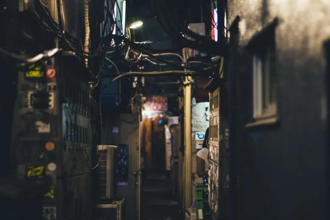 △从上到下:广州城中村居住着大量外来人口/图虫创意、握手楼一线天/unsplash